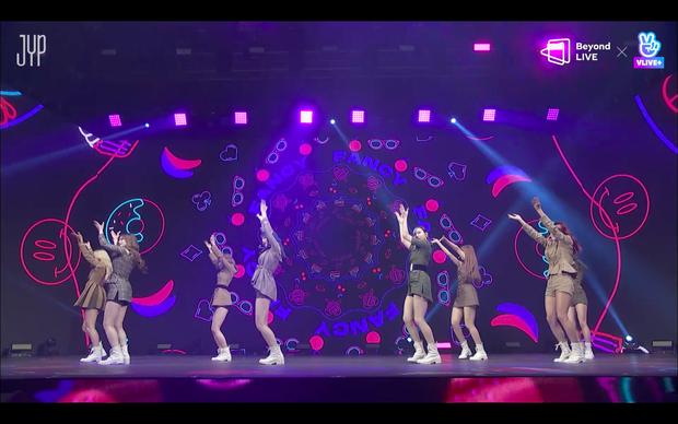 Concert online vòng quanh thế giới của TWICE: Hát live như bật đĩa, sân khấu 18 thành viên đầy ảo diệu khiến fan trầm trồ - Ảnh 27.