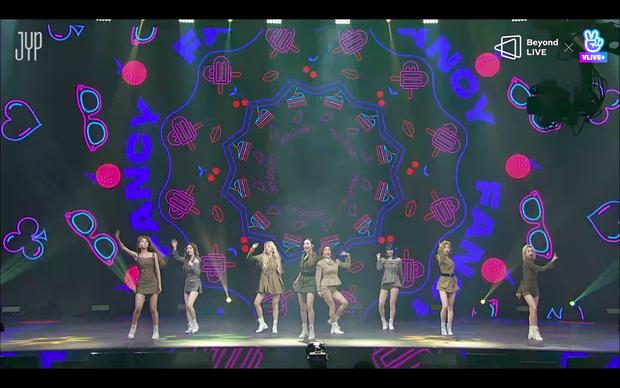 Concert online vòng quanh thế giới của TWICE: Hát live như bật đĩa, sân khấu 18 thành viên đầy ảo diệu khiến fan trầm trồ - Ảnh 31.
