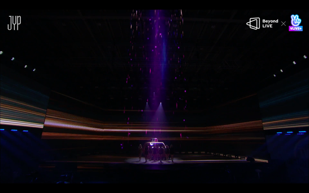 Concert online vòng quanh thế giới của TWICE: Hát live như bật đĩa, sân khấu 18 thành viên đầy ảo diệu khiến fan trầm trồ - Ảnh 62.