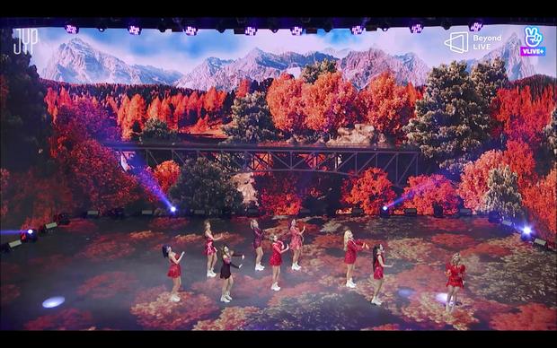 Concert online vòng quanh thế giới của TWICE: Hát live như bật đĩa, sân khấu 18 thành viên đầy ảo diệu khiến fan trầm trồ - Ảnh 109.