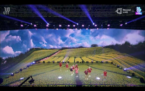 Concert online vòng quanh thế giới của TWICE: Hát live như bật đĩa, sân khấu 18 thành viên đầy ảo diệu khiến fan trầm trồ - Ảnh 116.
