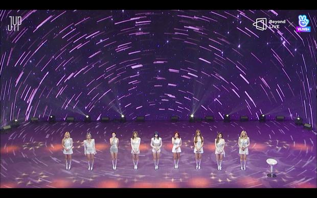 Concert online vòng quanh thế giới của TWICE: Hát live như bật đĩa, sân khấu 18 thành viên đầy ảo diệu khiến fan trầm trồ - Ảnh 202.