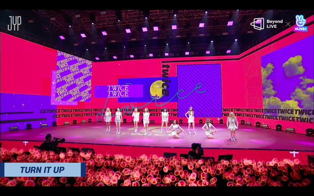 Concert online vòng quanh thế giới của TWICE: Hát live như bật đĩa, sân khấu 18 thành viên đầy ảo diệu khiến fan trầm trồ - Ảnh 203.