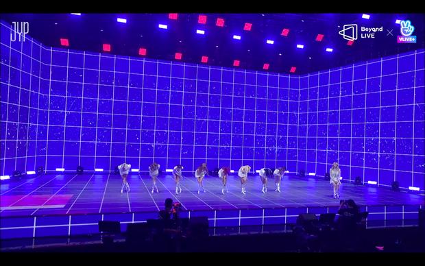 Concert online vòng quanh thế giới của TWICE: Hát live như bật đĩa, sân khấu 18 thành viên đầy ảo diệu khiến fan trầm trồ - Ảnh 211.