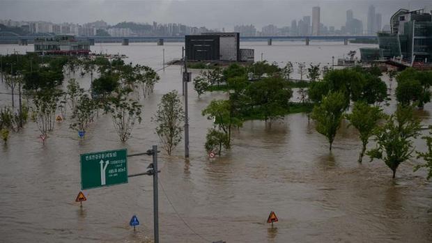Hàn Quốc: Mưa lũ kéo dài khiến hàng chục người thiệt mạng, mất tích - Ảnh 1.