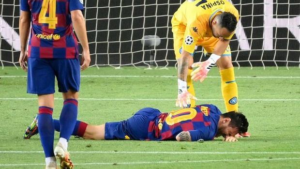 Cận cảnh tình huống Messi liều lĩnh khiến cả thế giới sợ hãi: Bị đá bay chân trụ vì thò chân ngăn đối thủ phá bóng - Ảnh 2.
