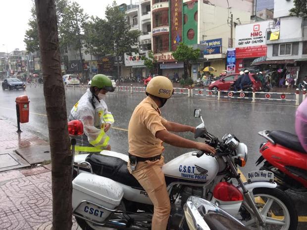 Chú Cảnh sát giao thông nhường áo mưa, chở nữ sinh đến điểm thi THPT Quốc gia đúng giờ - Ảnh 1.
