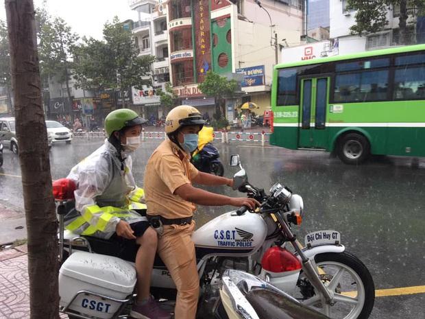 Chú Cảnh sát giao thông nhường áo mưa, chở nữ sinh đến điểm thi THPT Quốc gia đúng giờ - Ảnh 2.