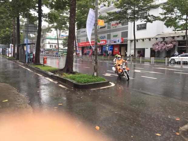 Chú Cảnh sát giao thông nhường áo mưa, chở nữ sinh đến điểm thi THPT Quốc gia đúng giờ - Ảnh 3.