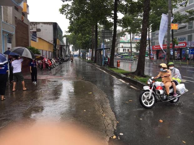 Chú Cảnh sát giao thông nhường áo mưa, chở nữ sinh đến điểm thi THPT Quốc gia đúng giờ - Ảnh 4.