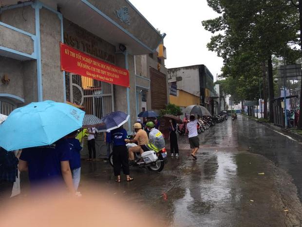 Chú Cảnh sát giao thông nhường áo mưa, chở nữ sinh đến điểm thi THPT Quốc gia đúng giờ - Ảnh 5.