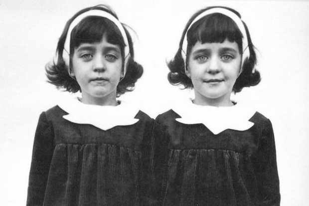 Cặp sinh đôi kỳ lạ: Sống cùng với ký ức của 2 người chị quá cố, giống đến cả nỗi sợ hãi và cách ăn không ai giải thích được - Ảnh 3.