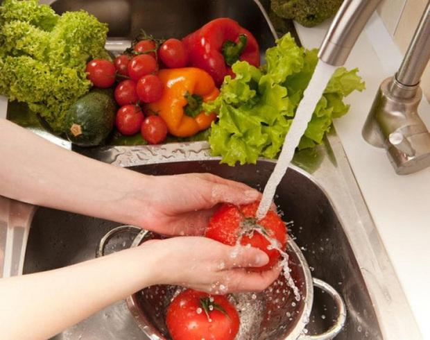 WHO khuyến cáo: Đi chợ, rửa rau, giặt đồ trong mùa COVID-19, cần thực hiện đúng để bảo vệ gia đình khỏi sự lây lan của virus - Ảnh 4.