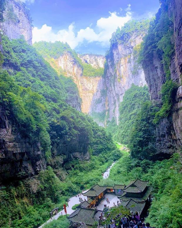 """Lác mắt trước """"con đường nhún nhảy"""" độc nhất thế giới ở Trung Quốc, nhìn từ xa chẳng khác nào dải lụa giữa thảo nguyên - Ảnh 3."""