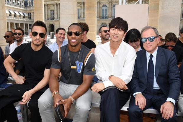 Hot lại ảnh tài tử Train to Busan Gong Yoo tại trời Tây: Hiếm sao Hàn đô đến mức dìm cầu thủ Mỹ, khách mời người Pháp phải lén nhìn - Ảnh 2.