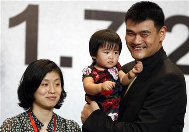 Siêu sao bóng rổ Trung Quốc vượt mức 200kg khiến vợ lo sợ bị đè trong lúc ngủ - Ảnh 1.