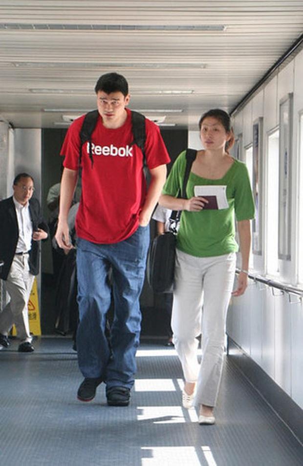 Siêu sao bóng rổ Trung Quốc vượt mức 200kg khiến vợ lo sợ bị đè trong lúc ngủ - Ảnh 2.