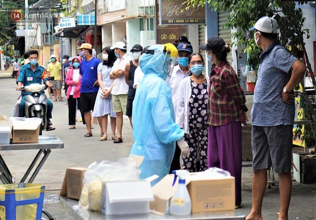 Lịch trình lui tới nhiều nơi đông người của 16 ca Covid-19 ở Đà Nẵng: Đi làm tại trung tâm hành chính, đám cưới, cafe, siêu thị... - Ảnh 2.