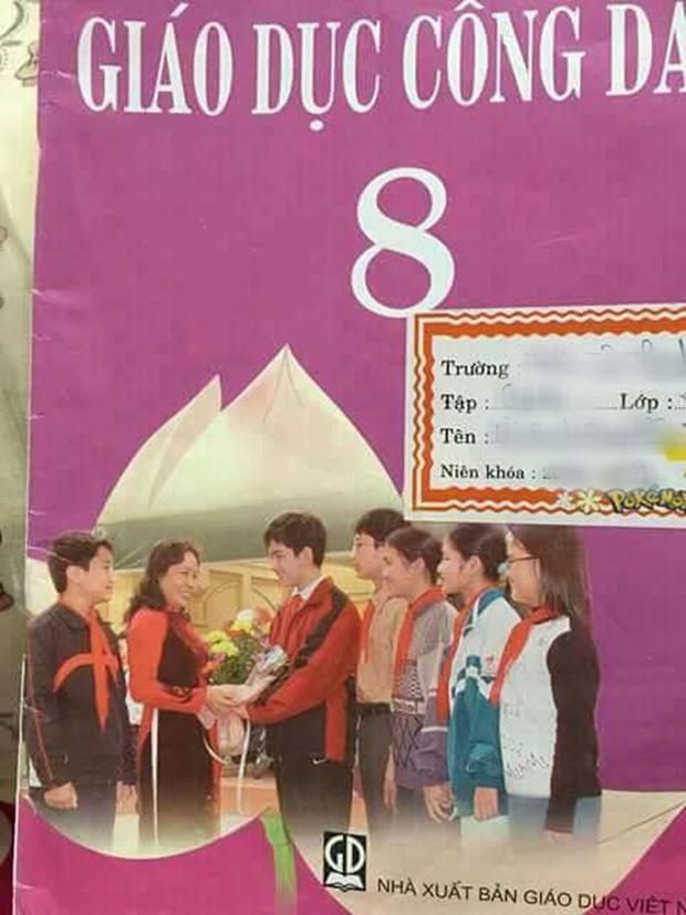 Nam sinh cười tươi rói cầm hoa tặng cô giáo trên bìa SGK Giáo dục công dân lớp 8 giờ ra sao? - Ảnh 1.