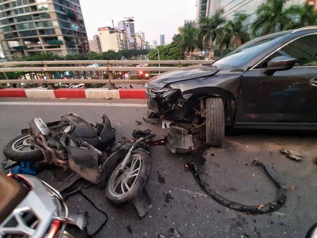 Hà Nội: Tai nạn liên hoàn giữa xe máy Sh và hai ô tô, một người nhập viện cấp cứu - Ảnh 1.