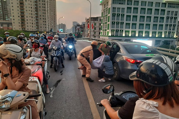 Hà Nội: Tai nạn liên hoàn giữa xe máy Sh và hai ô tô, một người nhập viện cấp cứu - Ảnh 2.