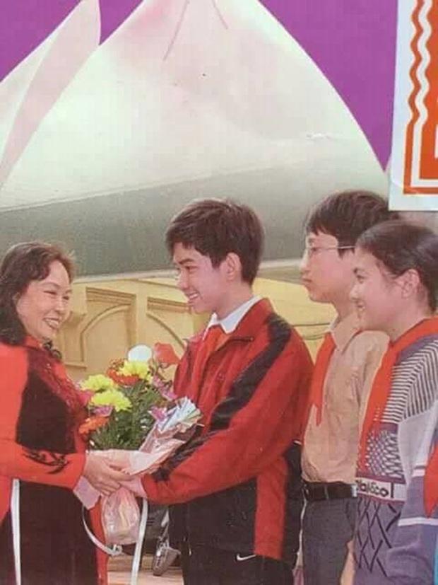 Nam sinh cười tươi rói cầm hoa tặng cô giáo trên bìa SGK Giáo dục công dân lớp 8 giờ ra sao? - Ảnh 2.