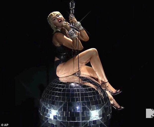 Miley Cyrus tung ảnh hậu trường VMAs gây sốc, thả rông phơi bày cả vòng 1 nhức mắt sau lớp áo xuyên thấu - Ảnh 6.