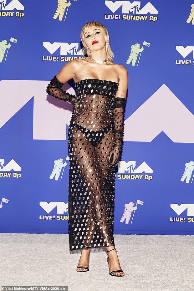 Miley Cyrus tung ảnh hậu trường VMAs gây sốc, thả rông phơi bày cả vòng 1 nhức mắt sau lớp áo xuyên thấu - Ảnh 7.