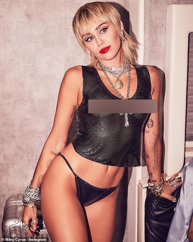 Miley Cyrus tung ảnh hậu trường VMAs gây sốc, thả rông phơi bày cả vòng 1 nhức mắt sau lớp áo xuyên thấu - Ảnh 3.