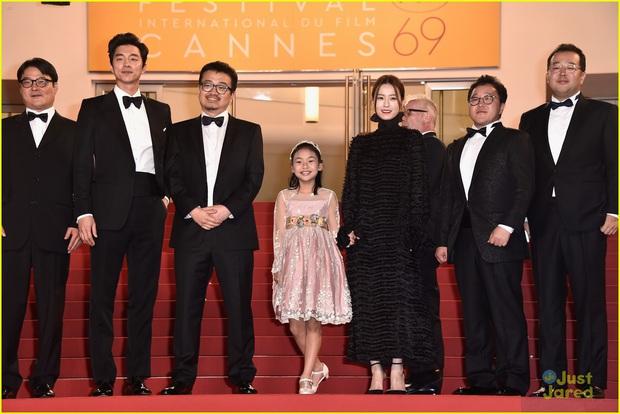 Hot lại loạt ảnh tài tử Train to Busan Gong Yoo như người khổng lồ tại LHP Cannes, camera phóng viên quốc tế không dìm nổi - Ảnh 3.