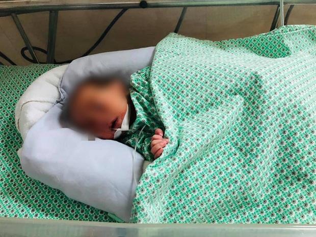 Hôm nay bé sơ sinh bị mẹ bỏ rơi trong khe tường ở Gia Lâm được gặp người thân - Ảnh 1.