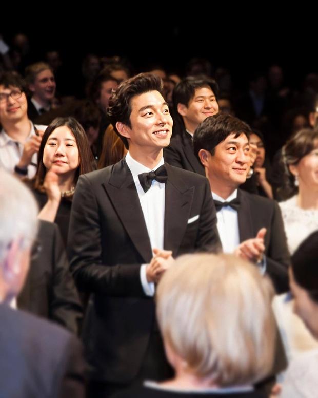 Hot lại loạt ảnh tài tử Train to Busan Gong Yoo như người khổng lồ tại LHP Cannes, camera phóng viên quốc tế không dìm nổi - Ảnh 5.