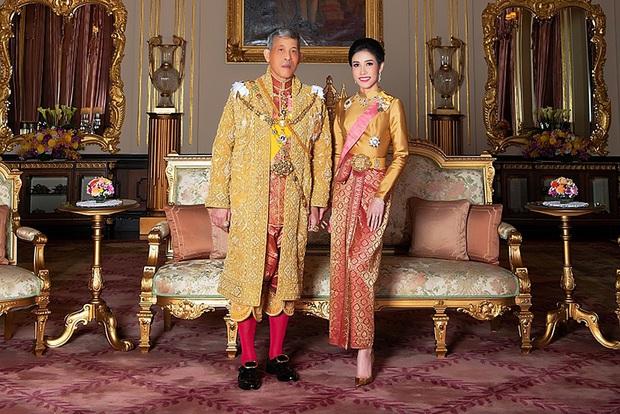 Vừa đưa đến Đức, Vua Thái Lan đã tuyên bố phục vị cho Hoàng quý phi sau gần 1 năm phế truất vì tội bất trung - Ảnh 1.