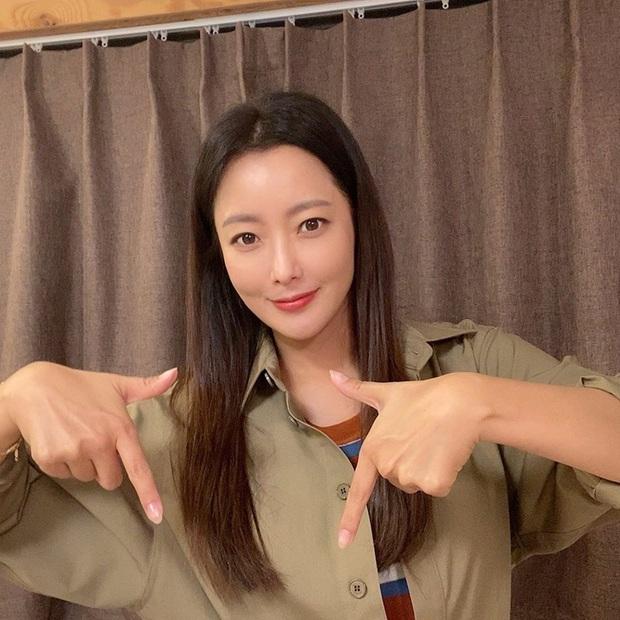 Kim Hee Sun 43 tuổi mà vẫn trẻ xinh chẳng thua đàn em, bí quyết chống già chỉ nằm ở 2 điều - Ảnh 1.