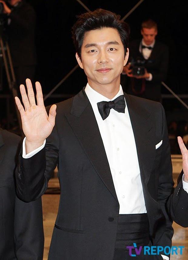 Hot lại loạt ảnh tài tử Train to Busan Gong Yoo như người khổng lồ tại LHP Cannes, camera phóng viên quốc tế không dìm nổi - Ảnh 2.