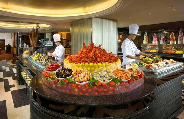 Vì sao các nhà hàng buffet vẫn sống tốt dù thực khách ăn thùng uống chậu? - Ảnh 1.