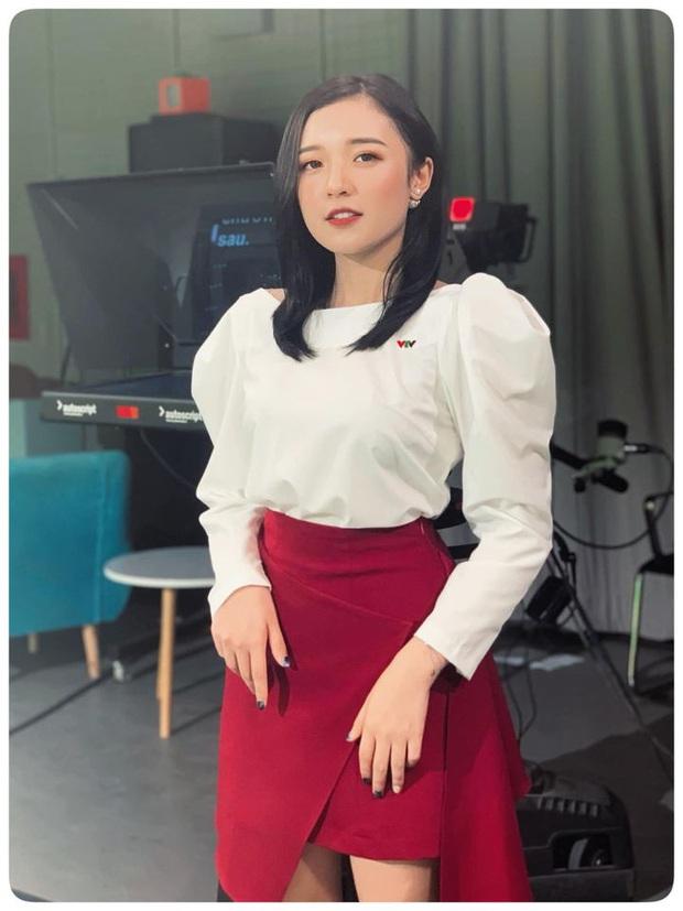 Nữ MC nhỏ tuổi nhất VTV: Nhan sắc xinh đẹp nhưng bất ngờ là chiều cao 1m50 vẫn khéo ăn vận thật tôn dáng và ưng mắt - Ảnh 2.