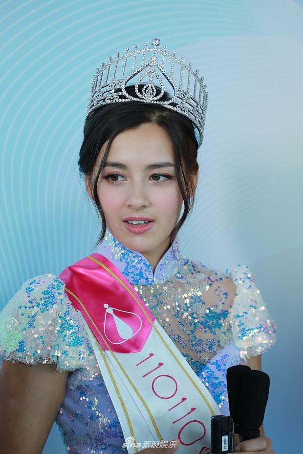 Tranh cãi khoảnh khắc tân Hoa hậu Hong Kong chiều cao hạn chế, lọt thỏm giữa dàn Á hậu trong sự kiện ra mắt đầu tiên - Ảnh 5.
