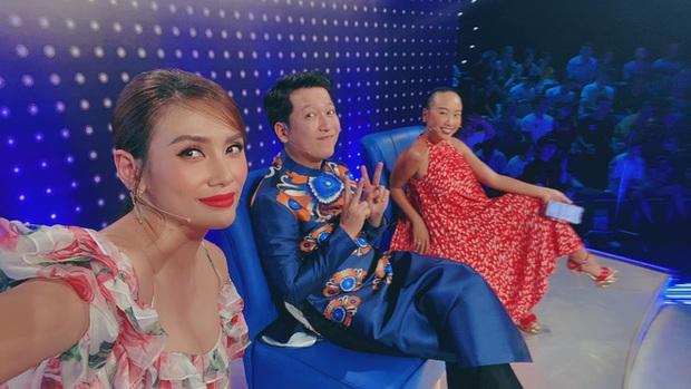 Lại thêm pha mặc váy ngắn cũn trên sóng truyền hình: Võ Hoàng Yến liên tục chỉnh váy để tránh mắc lỗi - Ảnh 2.
