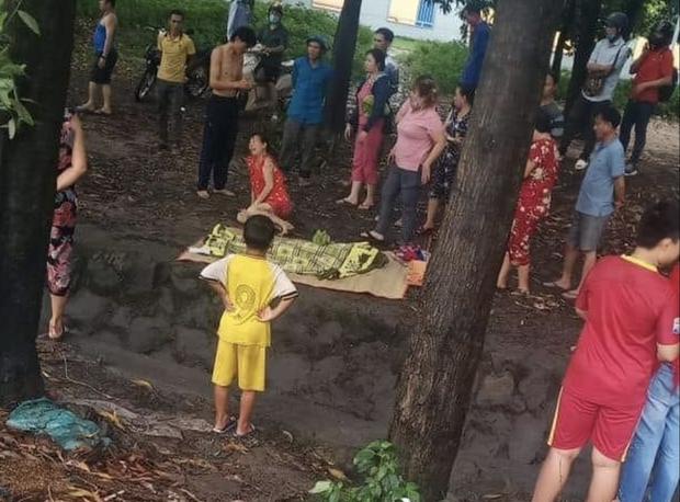 Bình Dương: Bé gái tắm mưa lọt xuống mương nước tử vong thương tâm, mẹ trẻ khóc ngất bên thi thể - Ảnh 2.