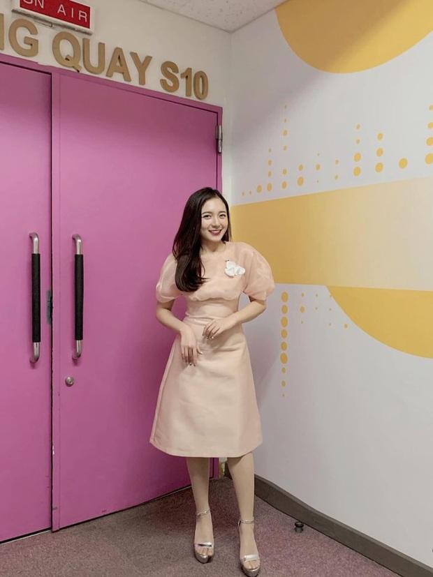 Nữ MC nhỏ tuổi nhất VTV: Nhan sắc xinh đẹp nhưng bất ngờ là chiều cao 1m50 vẫn khéo ăn vận thật tôn dáng và ưng mắt - Ảnh 3.