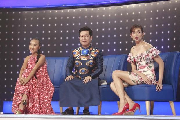 Lại thêm pha mặc váy ngắn cũn trên sóng truyền hình: Võ Hoàng Yến liên tục chỉnh váy để tránh mắc lỗi - Ảnh 3.