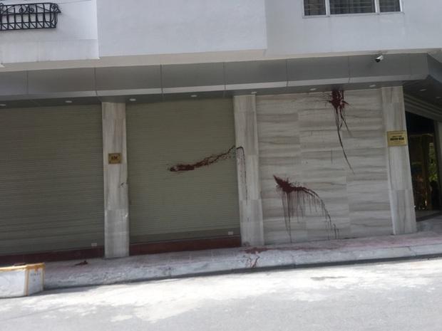 Nhà riêng của đạo diễn Trọng Hưng bị 2 kẻ lạ mặt đi xe máy ném chất bẩn trong đêm - Ảnh 1.