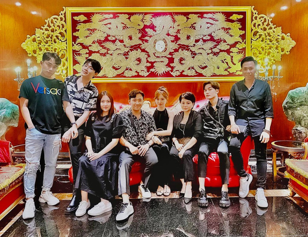 """Hội bạn thân tụ họp """"chanh sả"""", Trấn Thành - Hari Won chiếm spotlight với màn khoá môi cực ngọt: Dân FA nhìn mà tức! - Ảnh 4."""