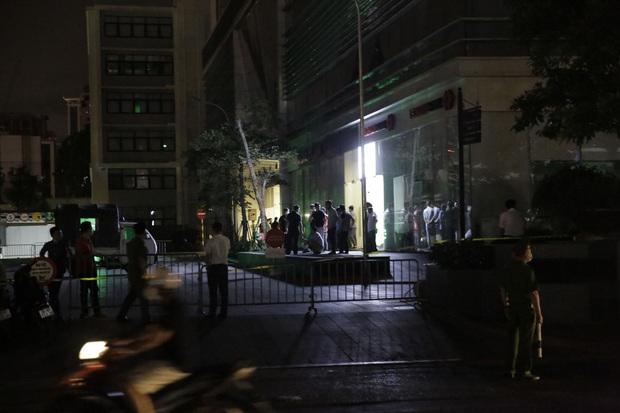 Hà Nội: 2 người rơi từ toà nhà chung cư xuống, tử vong thương tâm trong đêm - Ảnh 1.