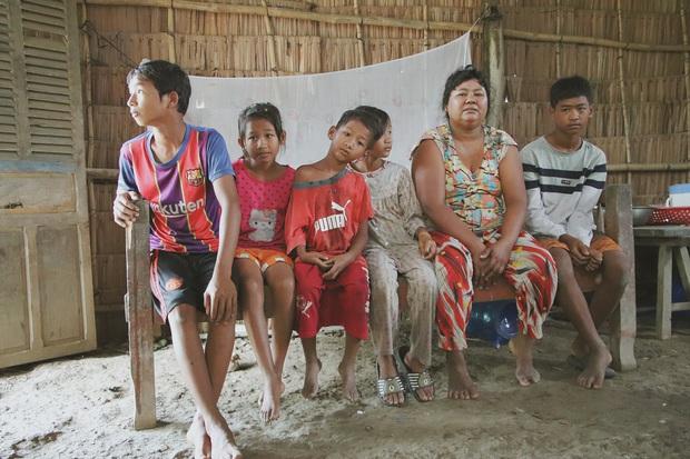 Bố bỏ đi không về, 5 đứa trẻ mờ mịt tương lai trong căn chòi rách nát: Con đi hái dừa, chăn bò thuê để phụ mẹ nuôi em - Ảnh 13.