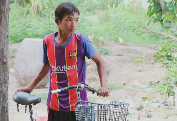Bố bỏ đi không về, 5 đứa trẻ mờ mịt tương lai trong căn chòi rách nát: Con đi hái dừa, chăn bò thuê để phụ mẹ nuôi em - Ảnh 6.