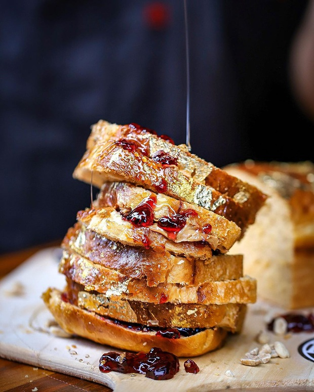 Góc ăn uống sang chảnh: Bánh sandwich dát vàng được cho là đắt nhất thế giới có giá hơn 8 triệu đồng - Ảnh 1.