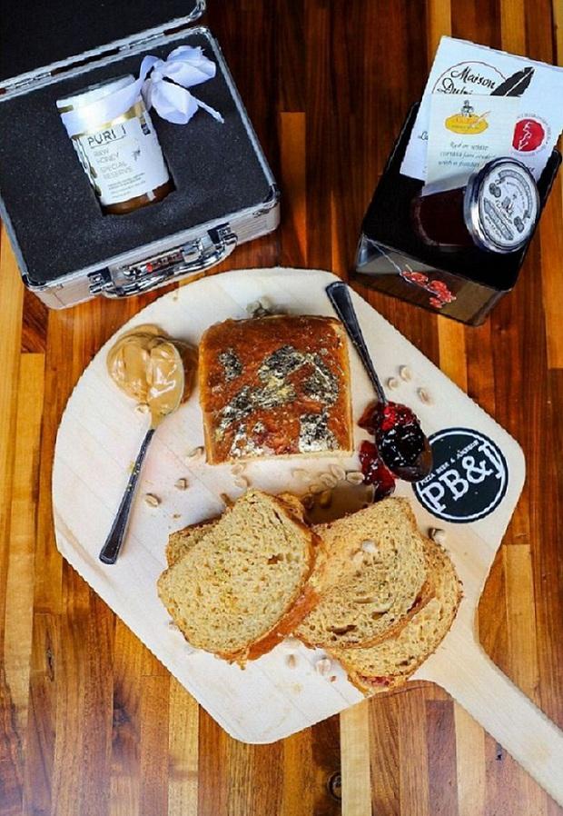 Góc ăn uống sang chảnh: Bánh sandwich dát vàng được cho là đắt nhất thế giới có giá hơn 8 triệu đồng - Ảnh 2.