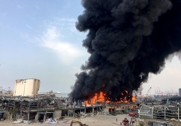 Cảng Beirut lại bùng cháy dữ dội chỉ vài tuần sau vụ nổ thảm họa từng khiến hàng nghìn người thương vong - Ảnh 2.